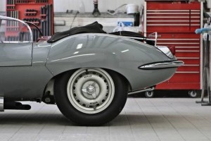 Virage8_Jaguar XKSS in garage